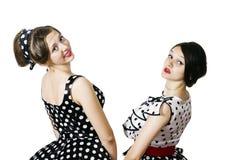 2 девушки в стиле штыря-вверх представляя поворачивать назад Стоковое Изображение