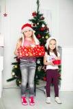 2 девушки в стойке костюмов рождества около Стоковые Изображения RF