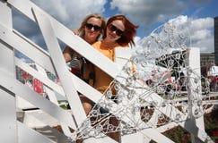 2 девушки в стойке солнечных очков на мосте Стоковая Фотография RF