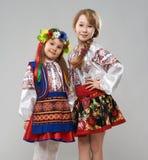 2 девушки в славянских фольклорных костюмах Стоковые Фотографии RF
