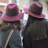 2 девушки в таких же бургундских шляпах делают selfie Стоковое фото RF