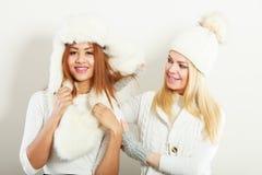 2 девушки в теплой одежде зимы имея потеху Стоковые Фотографии RF