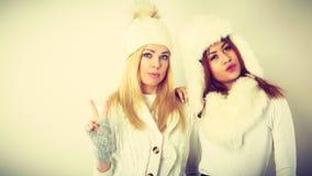 2 девушки в теплой одежде зимы имея потеху Стоковая Фотография RF