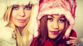2 девушки в теплом портрете одежды зимы Стоковые Фото