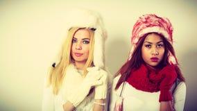 2 девушки в теплом портрете одежды зимы Стоковое Фото