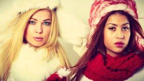 2 девушки в теплом портрете одежды зимы Стоковое фото RF