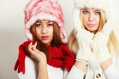 2 девушки в теплом портрете одежды зимы Стоковая Фотография