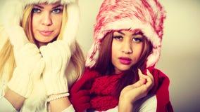 2 девушки в теплом портрете одежды зимы Стоковые Изображения