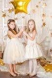 2 девушки в украшениях рождества золота Стоковое Изображение RF