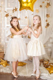 2 девушки в украшениях рождества золота Стоковые Фото