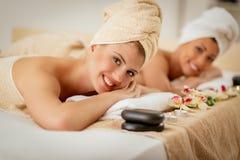 2 девушки в центре курорта Стоковое Изображение