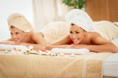 2 девушки в центре курорта Стоковая Фотография RF