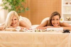 2 девушки в центре курорта Стоковые Изображения RF