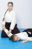 2 девушки в черном айкидо практики hakama Селективный фокус Стоковые Изображения RF