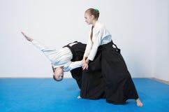 2 девушки в черном айкидо практики hakama Стоковое Изображение