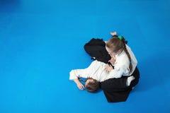 2 девушки в черном айкидо практики hakama Стоковая Фотография RF