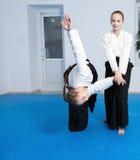 2 девушки в черном айкидо практики hakama Стоковое фото RF
