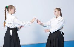 2 девушки в черном айкидо практики hakama Стоковое Изображение RF