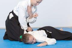2 девушки в черном айкидо практики hakama Стоковые Изображения
