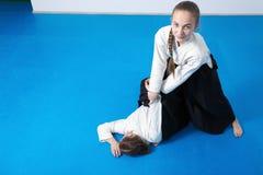 2 девушки в черном айкидо практики hakama Стоковые Изображения RF