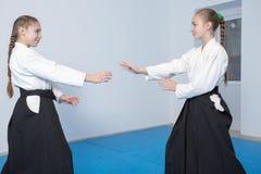 2 девушки в черном айкидо практики hakama Стоковые Фотографии RF