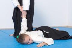 2 девушки в черном айкидо практики hakama Стоковая Фотография