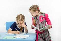 2 девушки в школе выполняют задачу Стоковое Фото