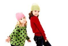 2 девушки в шляпах зимы с выражением потехи Стоковое Изображение RF