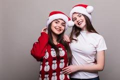 2 девушки в шляпе Санты Стоковые Фотографии RF