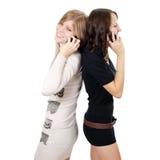 2 девушки говорят на телефоне Стоковые Фото