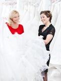 2 девушки говорят о платье Стоковые Изображения RF