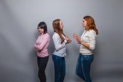 2 девушки говоря белокурый европейский смех возникновения Стоковое фото RF