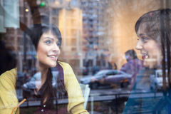 2 девушки говоря в кафе Стоковая Фотография