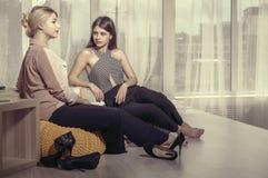 2 девушки говоря в непринужденной атмосфере Стоковое Изображение RF