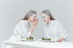 2 девушки говоря на таблице Стоковая Фотография