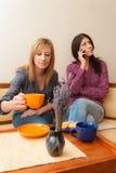 2 девушки говоря на телефоне Стоковое Фото