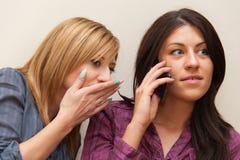 2 девушки говоря на телефоне Стоковые Фото