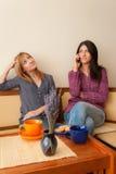 2 девушки говоря на телефоне Стоковые Фотографии RF