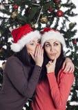 2 девушки говоря около дерева xmas Стоковое Изображение RF