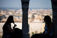 2 девушки говоря друг к другу Стоковое Фото