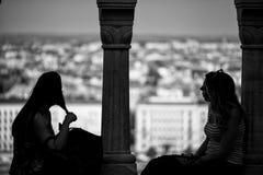 2 девушки говоря друг к другу Стоковое фото RF