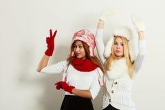2 девушки греют одежду зимы имея потеху Стоковые Изображения