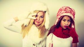 2 девушки греют одежду зимы имея потеху Стоковые Фото