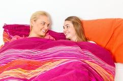2 девушки лежа в неудаче Стоковые Фотографии RF