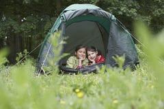 2 девушки лежа в шатре Стоковая Фотография
