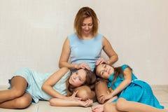 2 девушки лежа на подоле его матери Стоковое Изображение