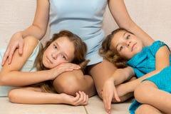 2 девушки лежа на подоле его матери Стоковое фото RF