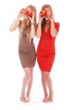 2 девушки держат около яблок глаз свежих Стоковая Фотография RF