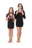 2 девушки держат ПК таблетки перед собой Стоковые Изображения RF