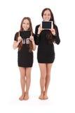 2 девушки держат ПК таблетки перед собой Стоковые Изображения